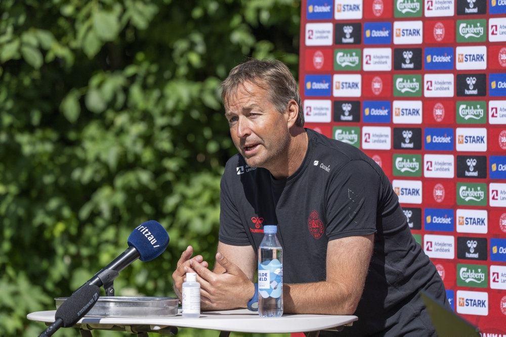 En træner til et pressemøde