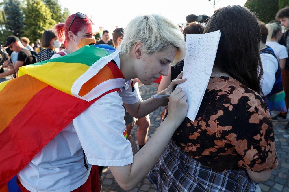 en aktivist i regnbuefarvet kåbe