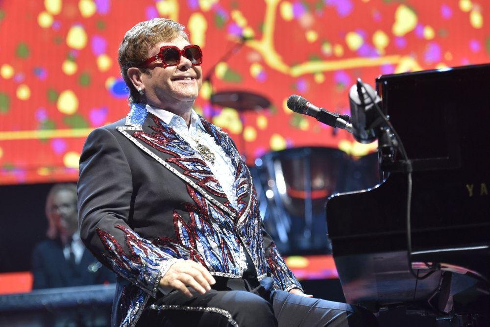 billede af Elton John på scenen