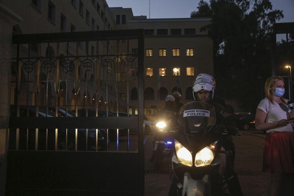 motorcykelbetjent kører på vej i Athen