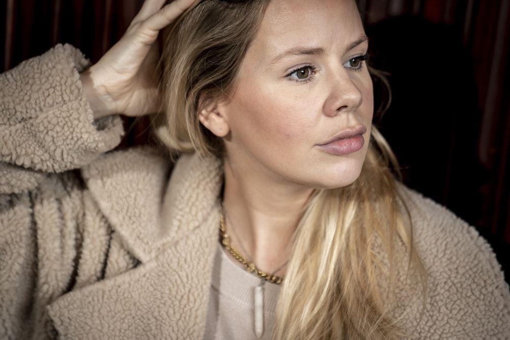 julie zangenberg med hænderne i håret