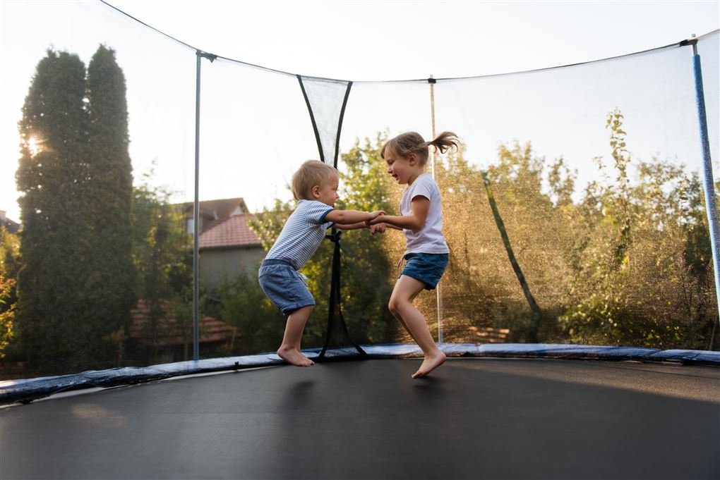 Børn hopper på en trampolin