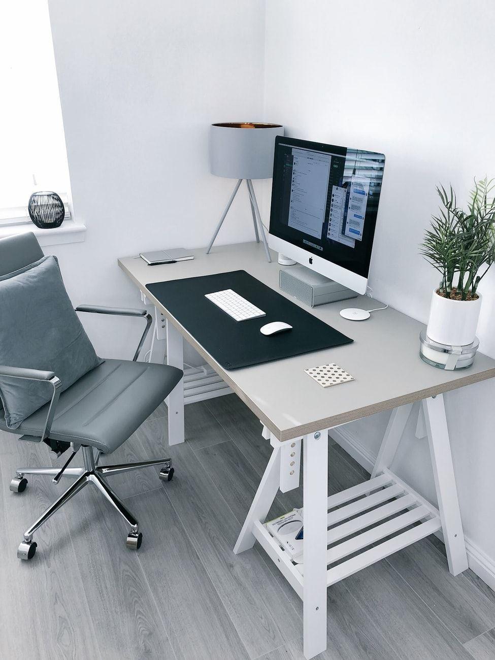 Kontor med skrivebord og computer