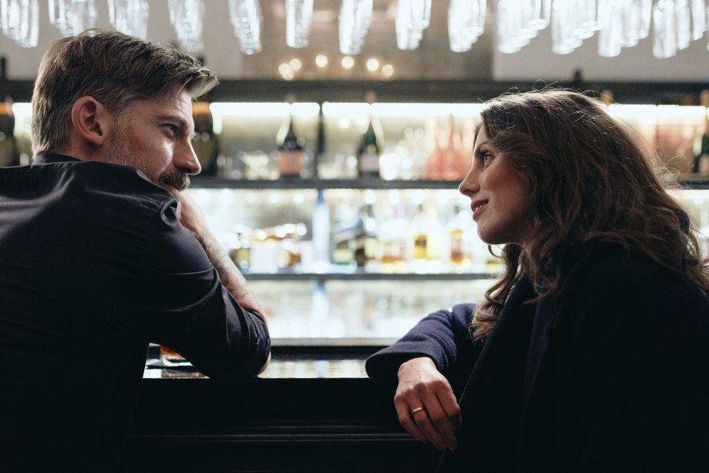 mand og kvinde sidder og snakker