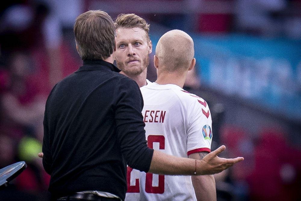 Simon Kjær snakker med Kasper Hjulman under kampen mod Wales da han blev skiftet ud