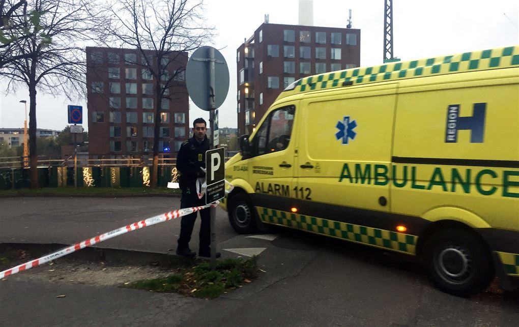 En ambulance og en politimand