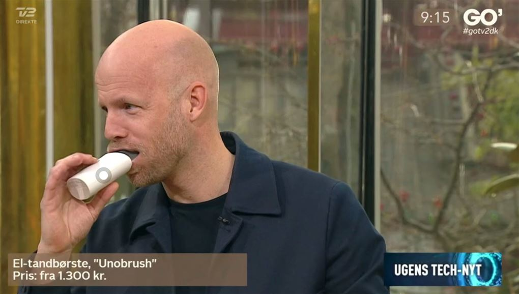 En mand børster tænder med et aggregat