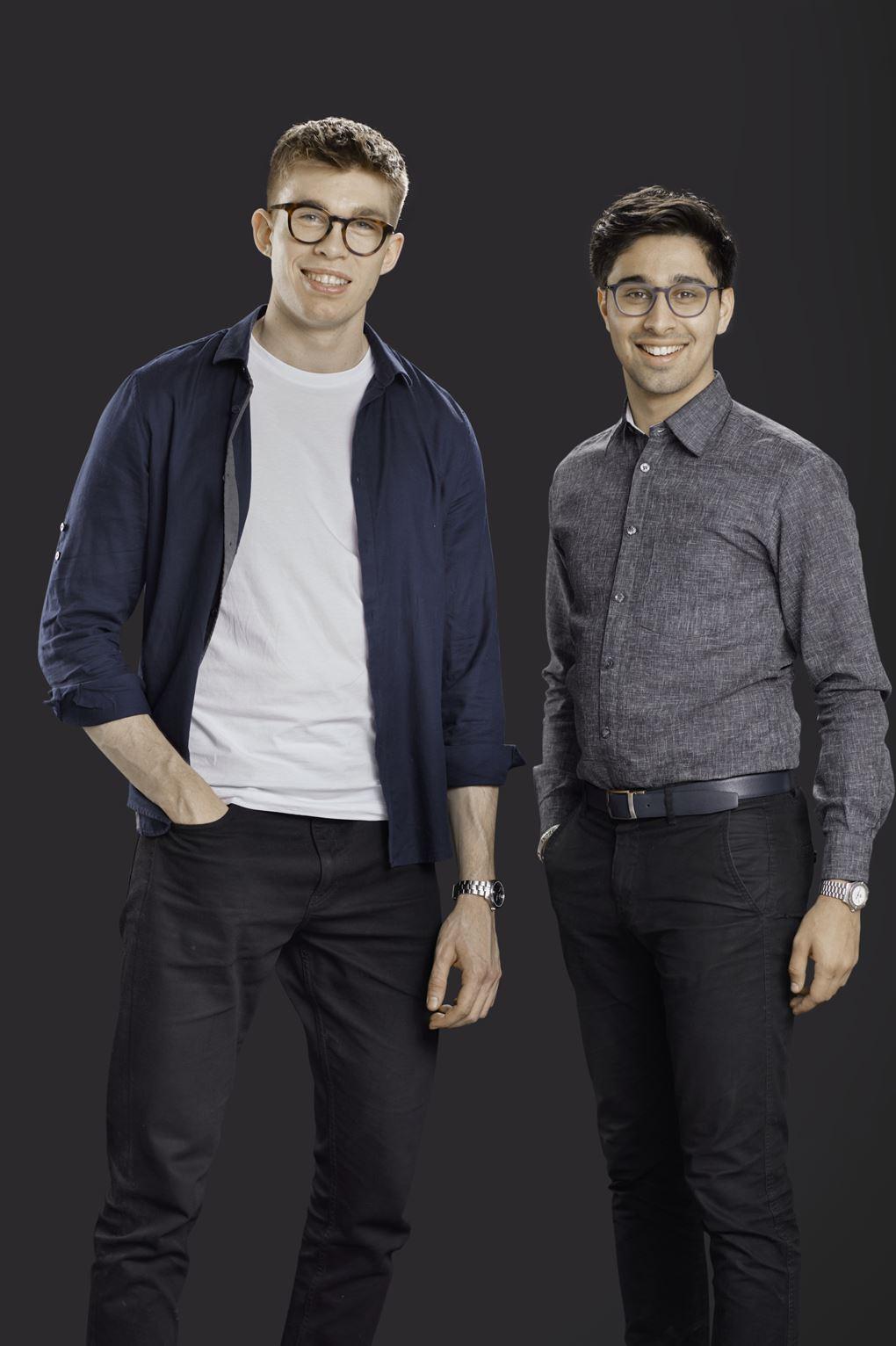 To glade unge mænd med briller