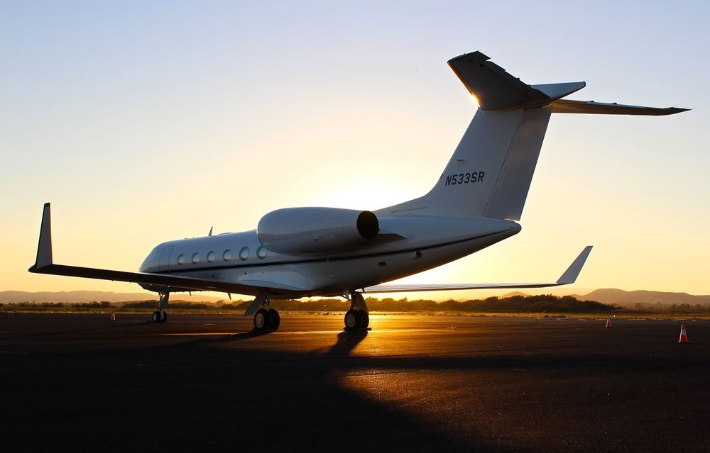 jetfly holder på landingsbane