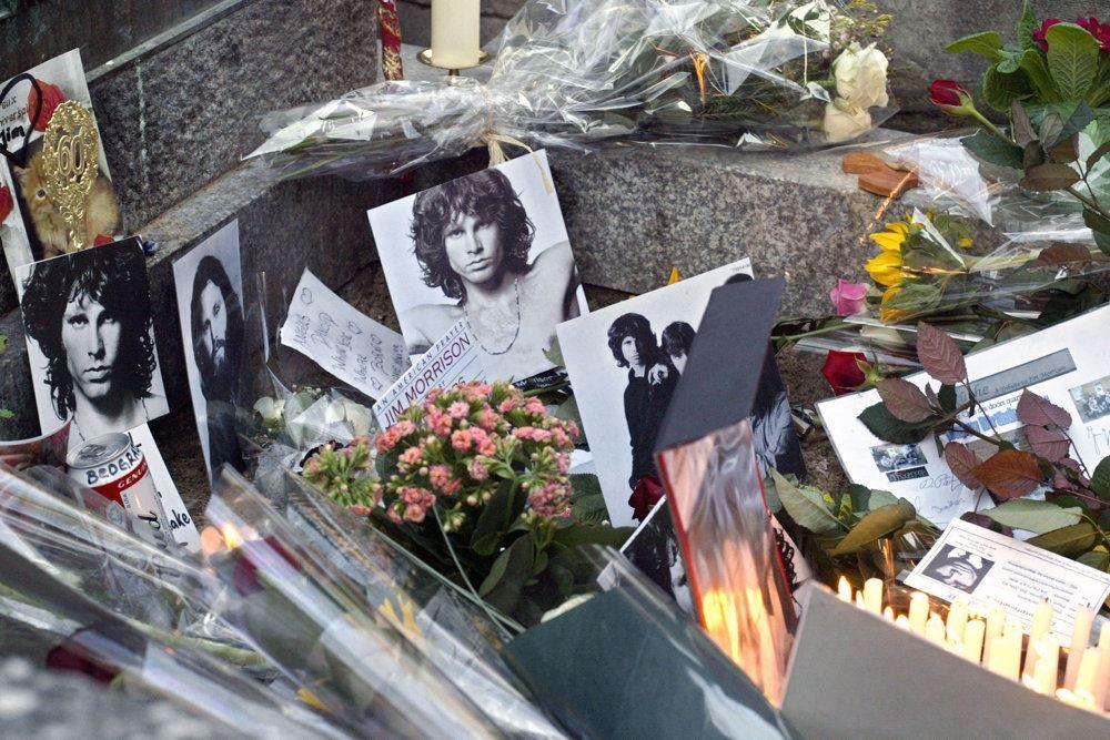 Billeder af Jim Morrison på en kirkehård