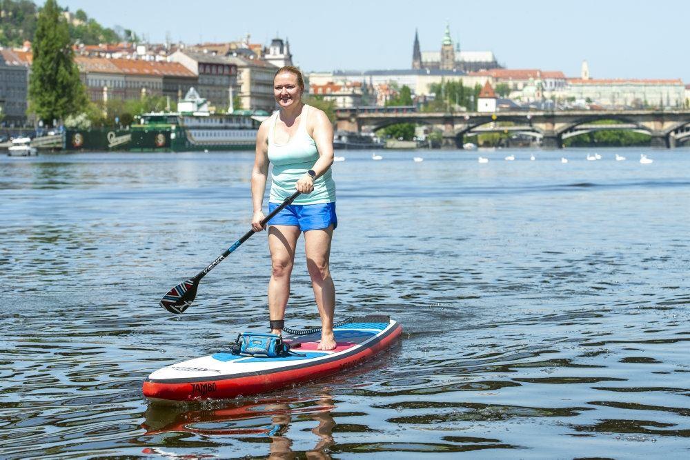 En kvinde hygger sig på et paddleboard