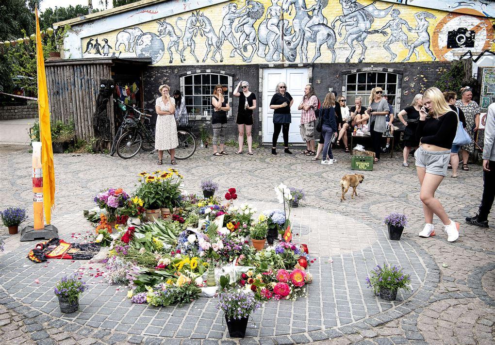 En masse blomster og sørgende mennesker på Christiania