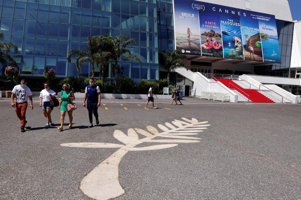 En stor plads i Cannes med et fransk flag