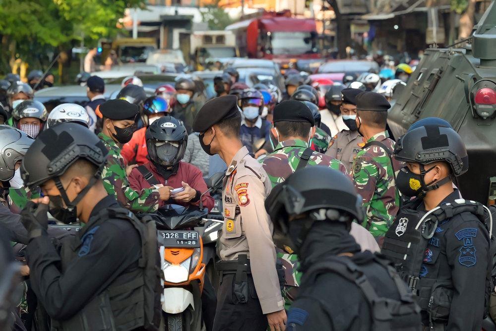 Politi i en travl gade i Jakarta