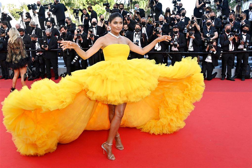 En kvinde i en meget stor gul kjole