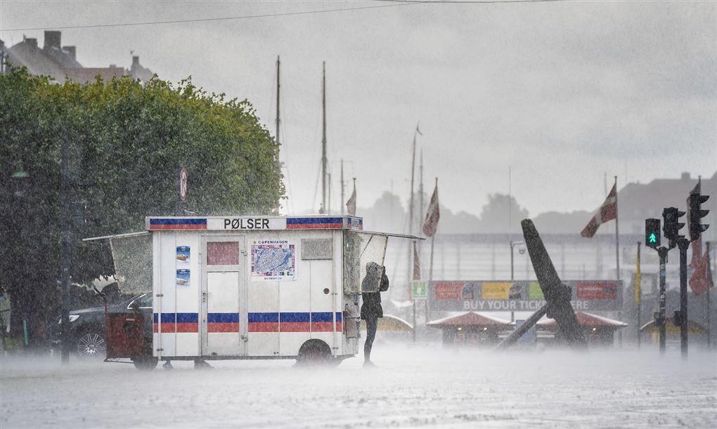 regnen vælter voldsomt ned