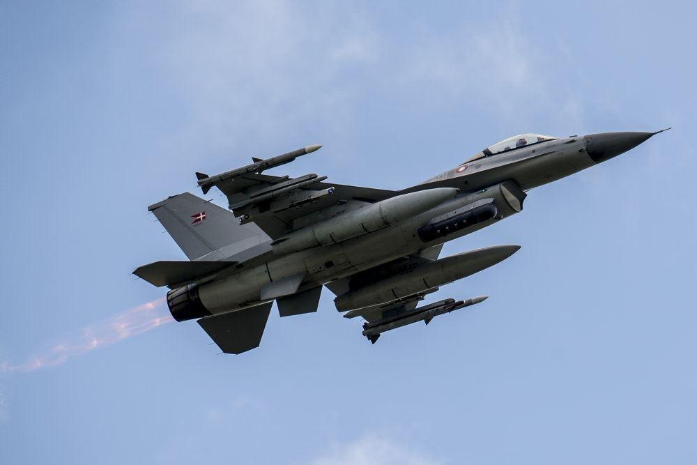 F-16-fly ses i luften
