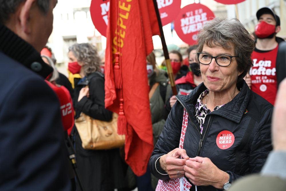 En dame med briller til en demonstartion