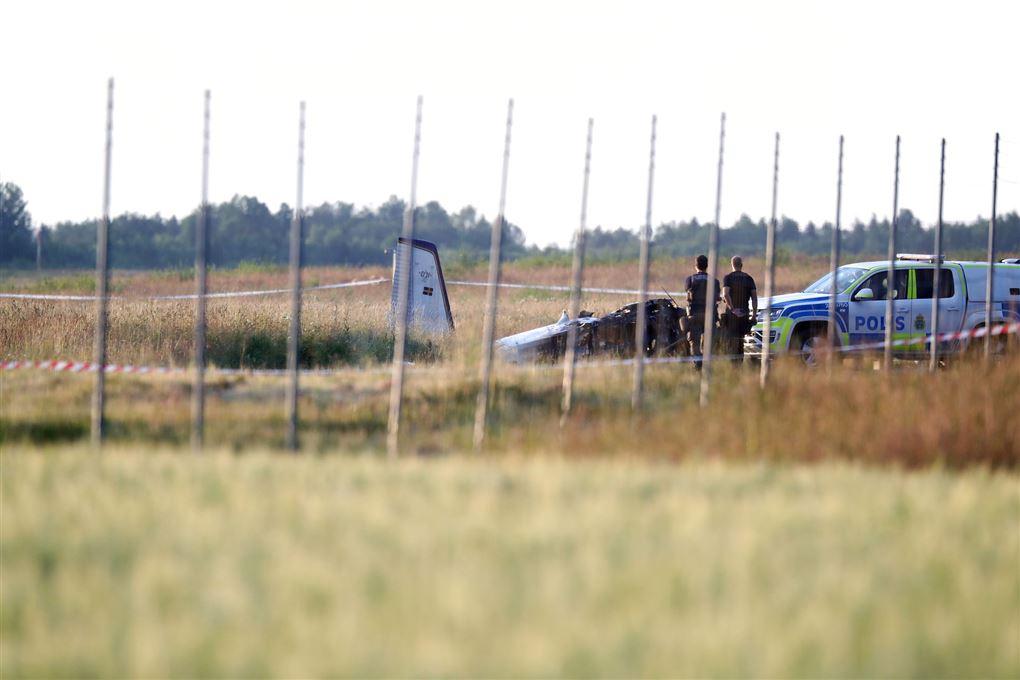Et udbrændt fly og en politibil