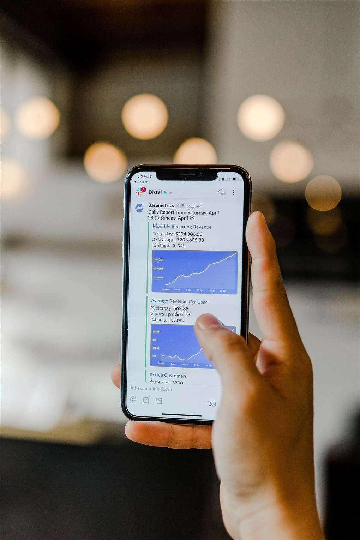 En smartphone med aktier på