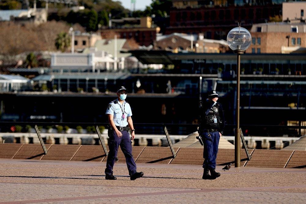 To politifolk i en gade i Sydney