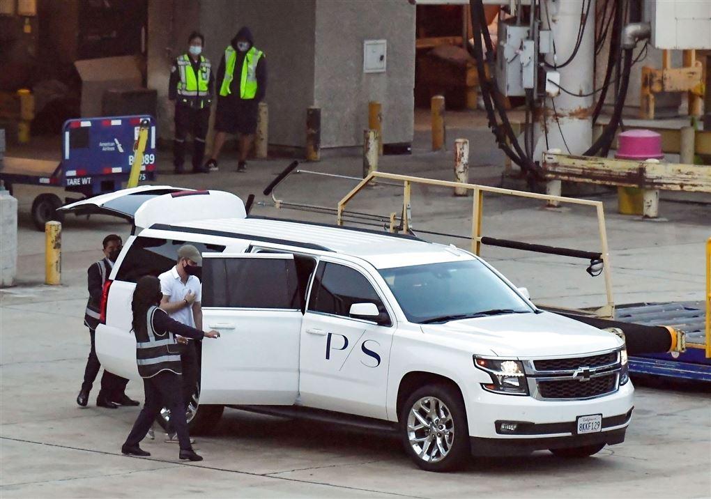 En hvid SUV i en lufthavn
