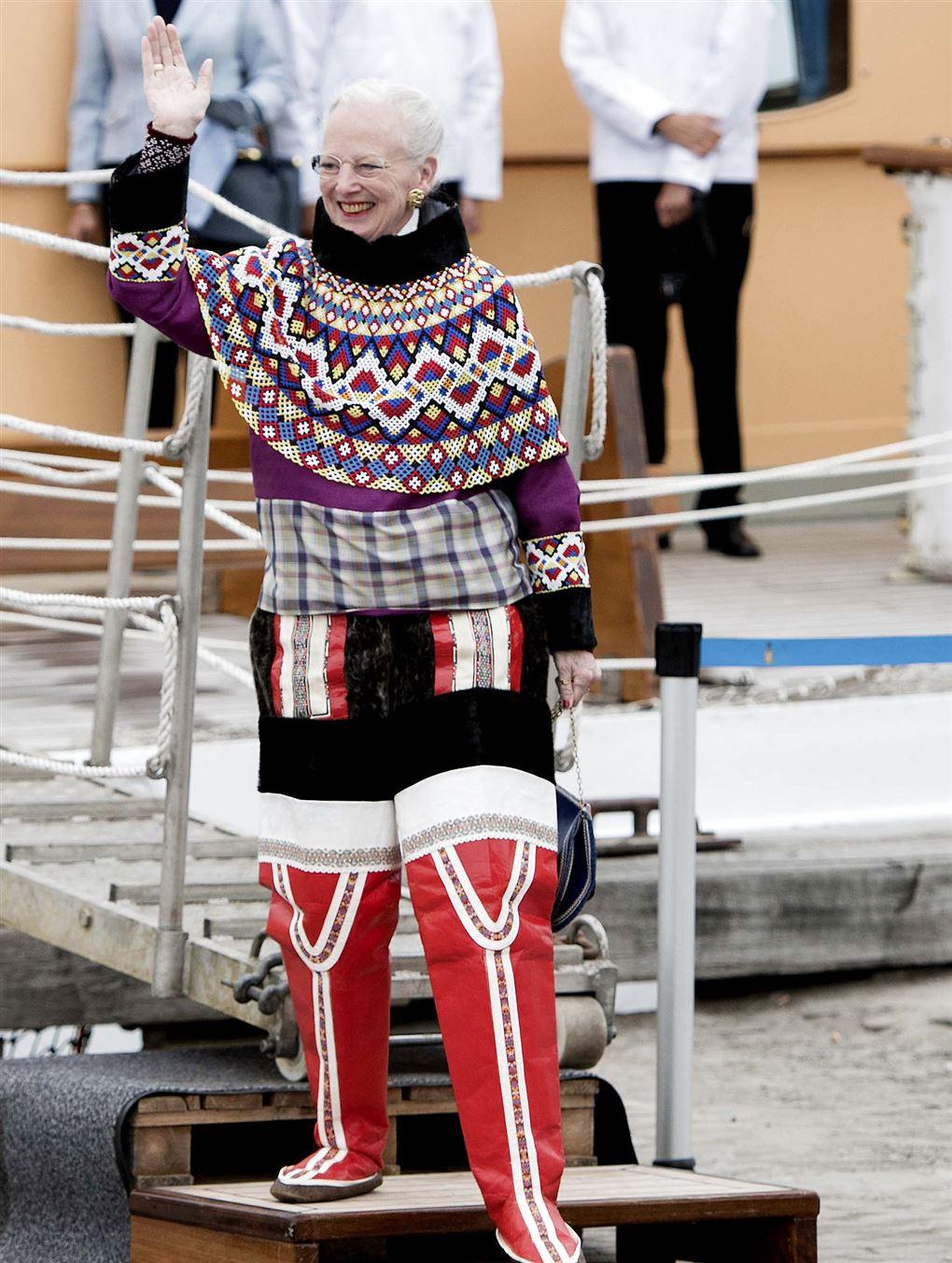dronning margrethe vinker i grønlandske gevandter