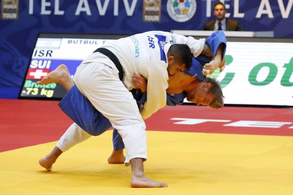 To judokæmpere på gulvet