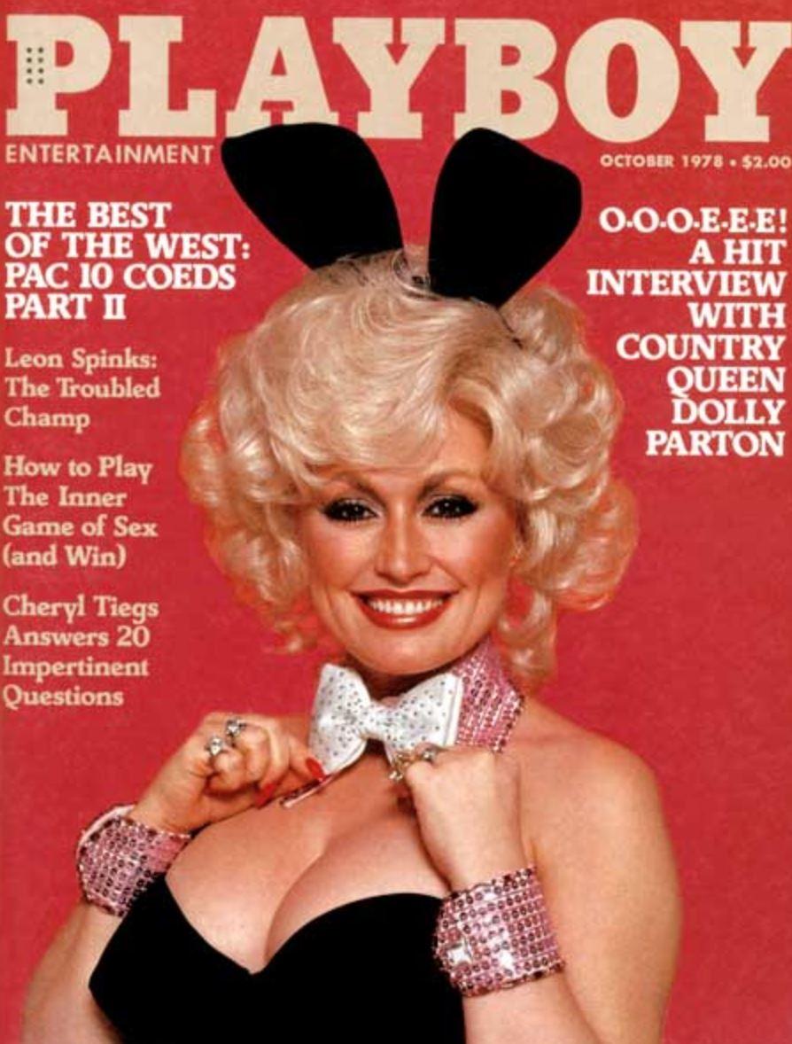 En blond yngre kvinde med kaninører og store bryster