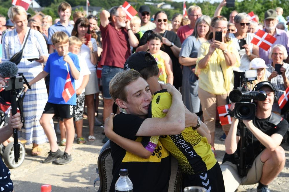 En mand krammer sit barn