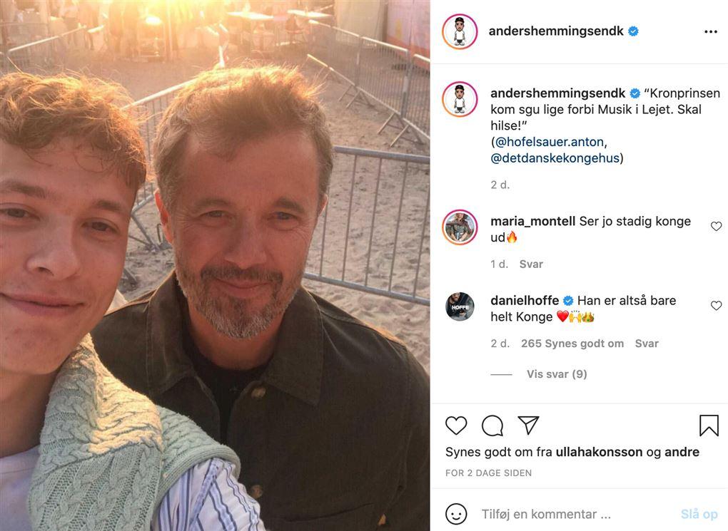 Kronporinsen med en ung fyr i en selfie