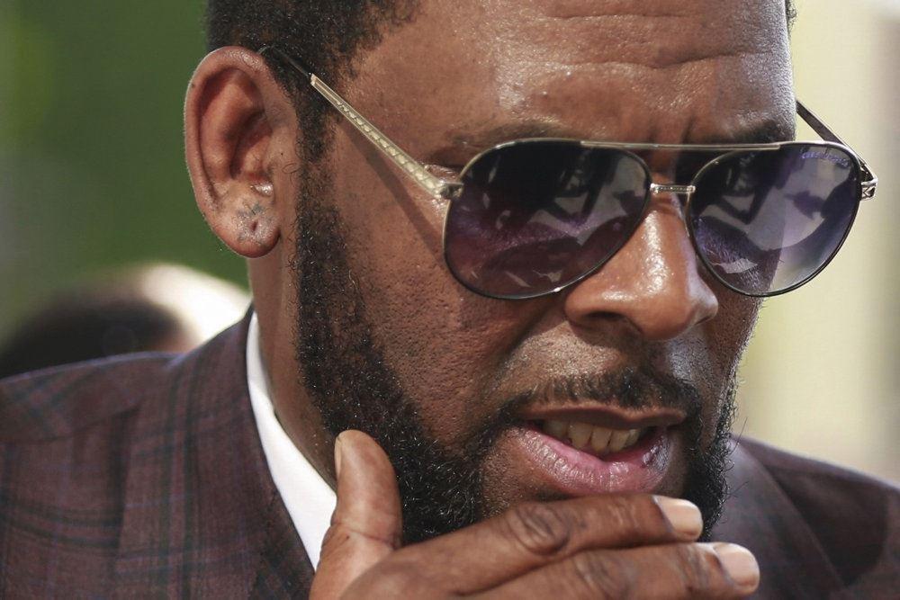en mørk mand med solbriller