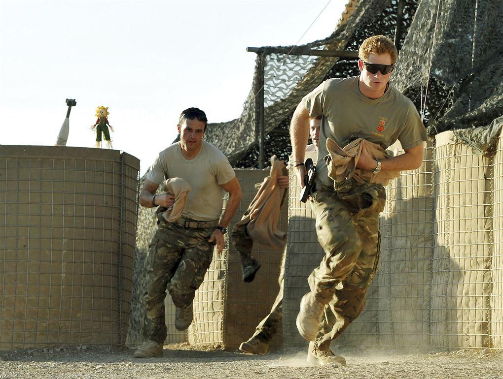 To soldater løber med deres håndvåben.