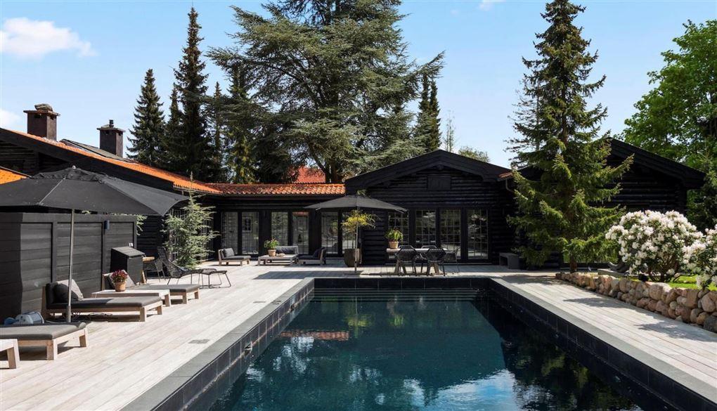 Et skønt bjælkehus med pool