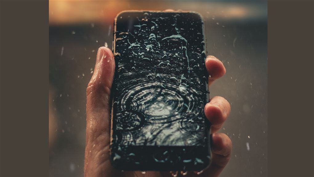 en våd mobiltelefon