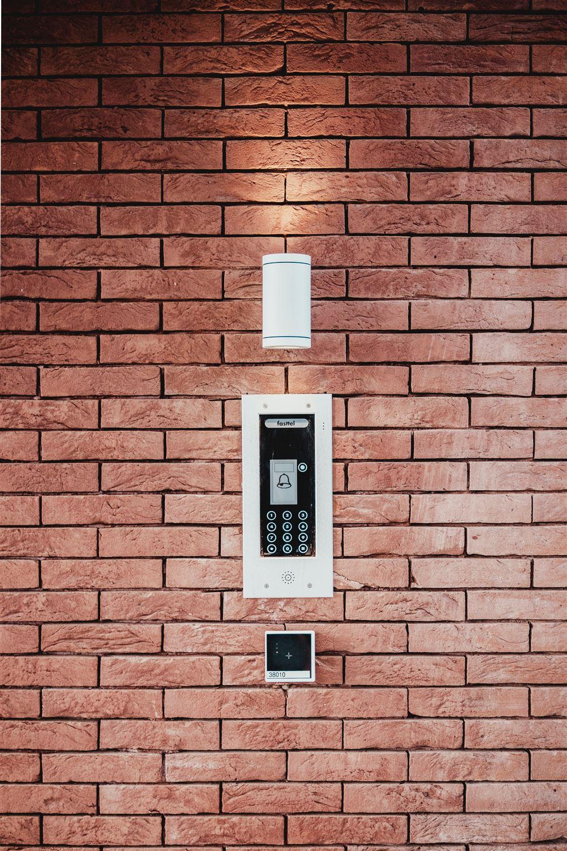 Alarm på murstensvæg