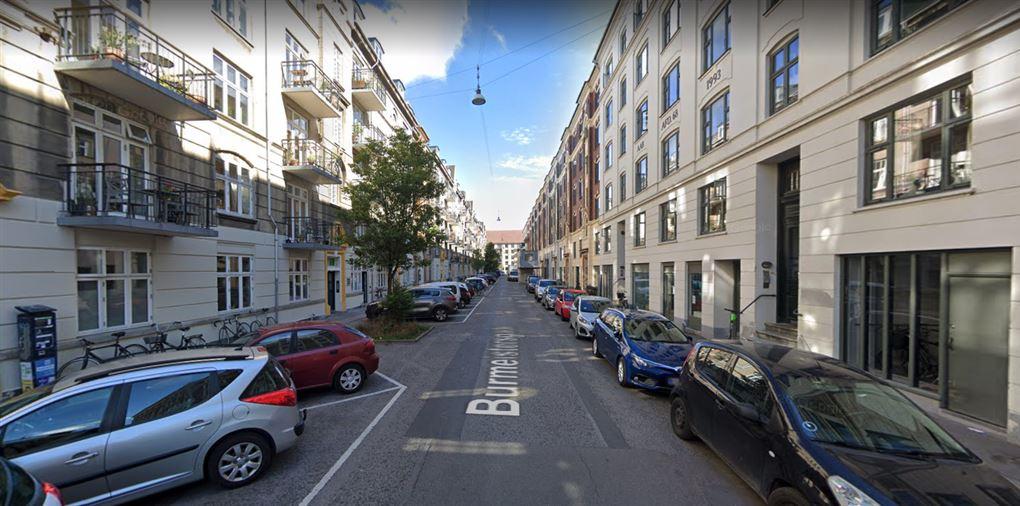 Gade med bygninger på begge sider