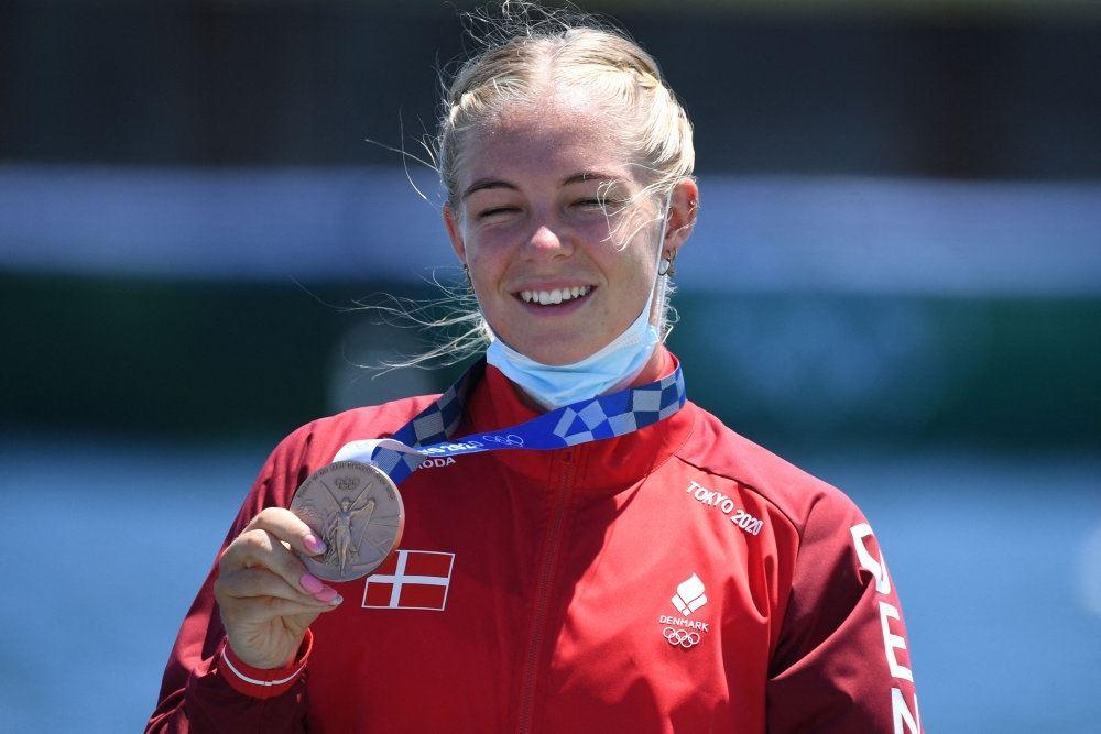 dansker står med bronzemedalje