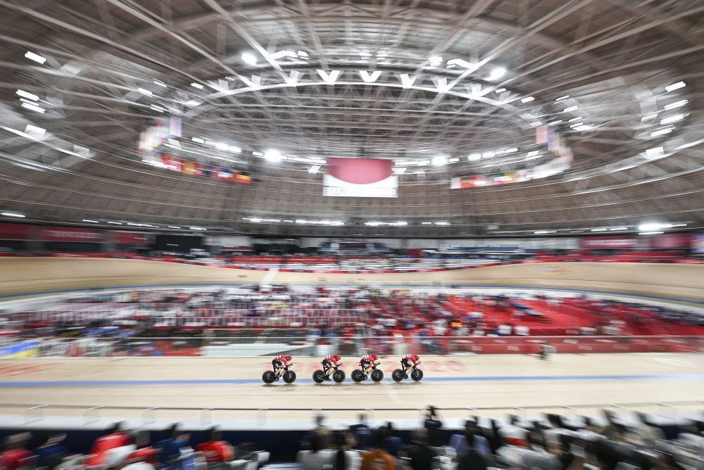 fire danske cykelryttere i aktion på banen