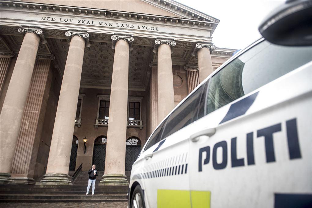 politibil holder uden for retssal