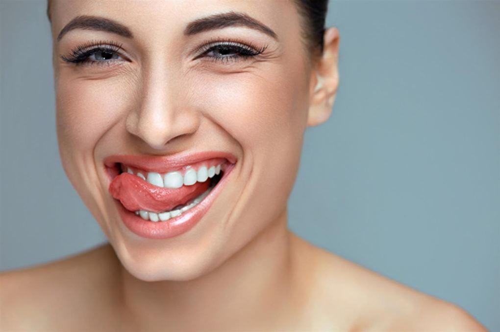 Ung kvinde med flotte tænder