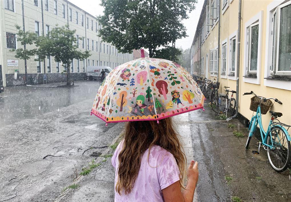 pige i regnvejr
