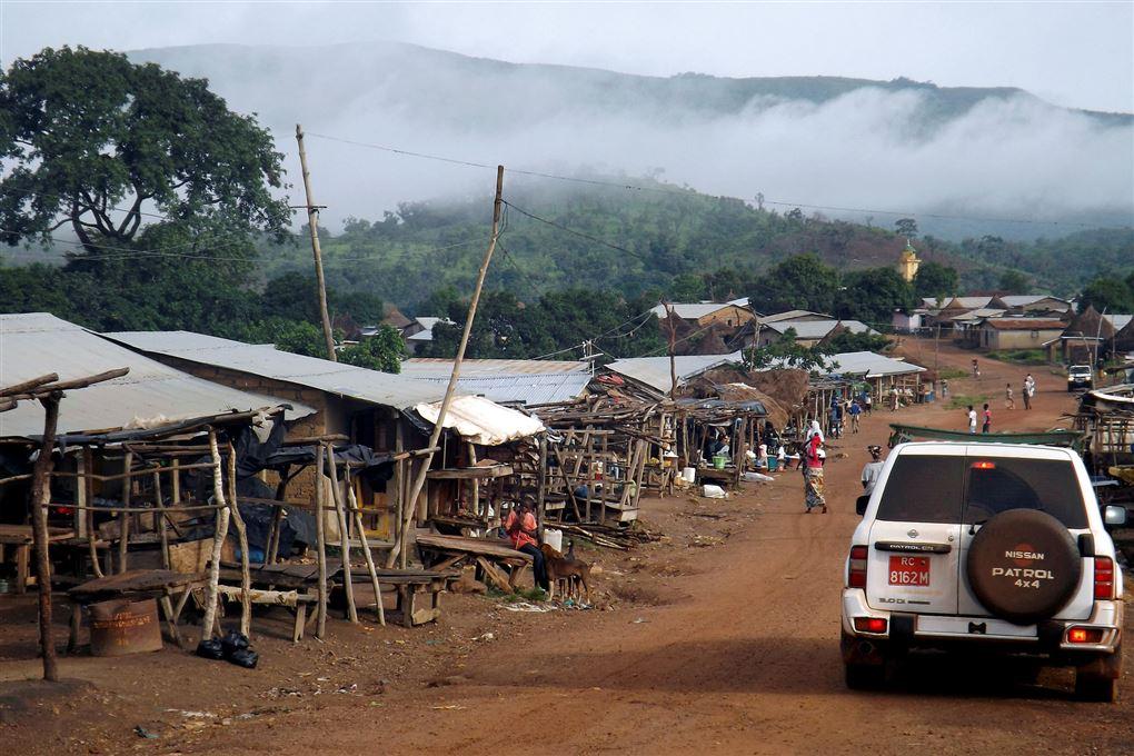 landsby i guinea med bjerge i baggrunden