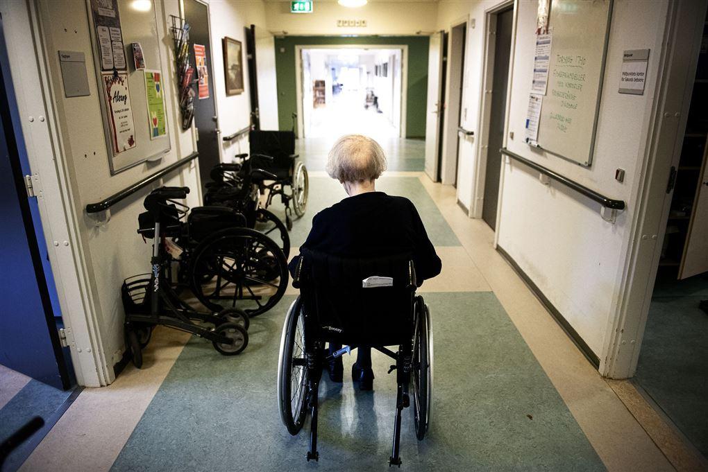 En gammel dame bagfra i kørestol