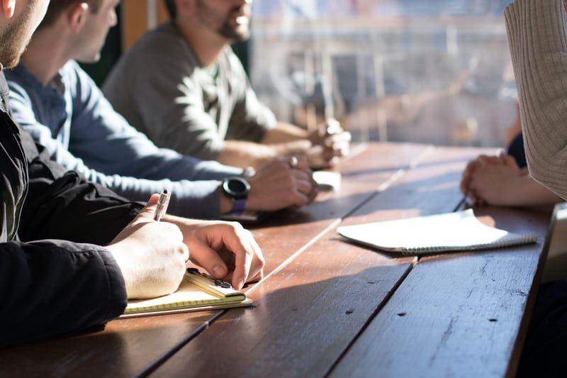 Møde ved udendørs bord