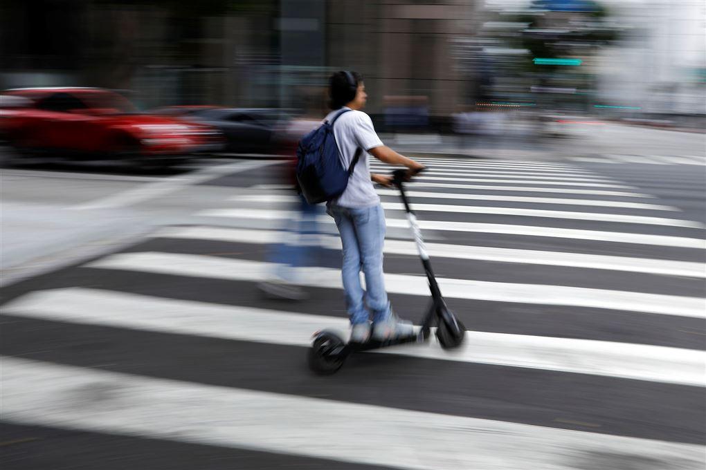 dreng på løbehjul i fodgængerfelt