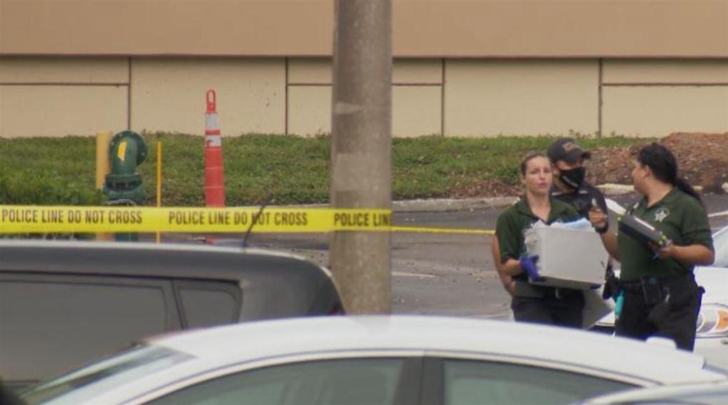 To kvindelige betjente  ved en afspærring