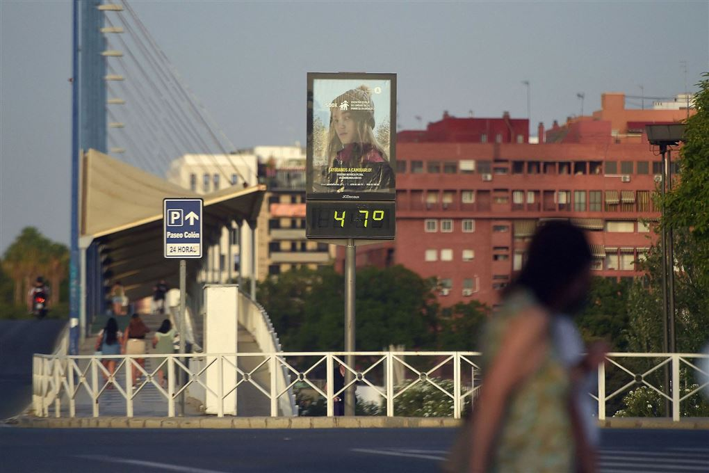 skilt i by viser 47 graders varme