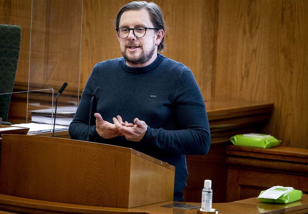 Simin Emil Ammitzbøl på en talerstol