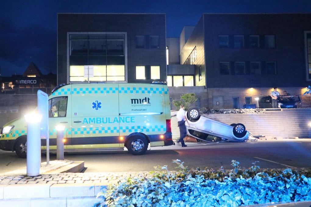 En ambulance ved en væltet bil